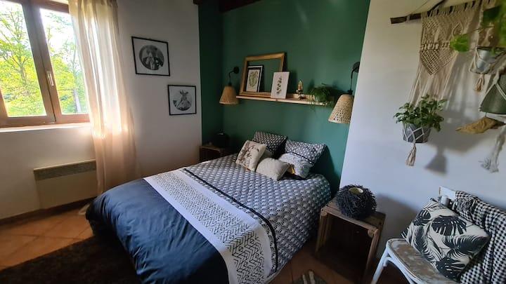 Chambre verte maison à colombages