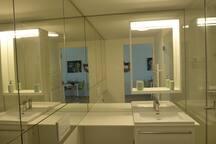 Bathroom with Walkin Shower - Badezimmer mit Dusche