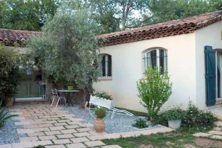 Rez-de-jardin au soleil - La Roquebrussanne - 別荘
