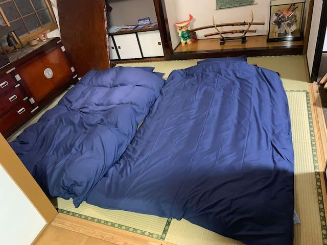 テーブルを避けて布団を3組ひくことも可能です。3組引くとすこし狭いです。 It is also possible to pull three sets of futons.