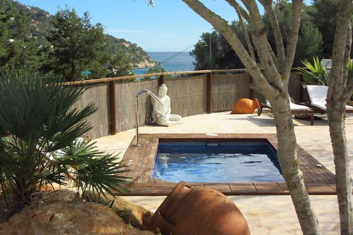 Espléndido casa Ibicen para parejas, gran jacuzzi en el jardín con vistas al mar