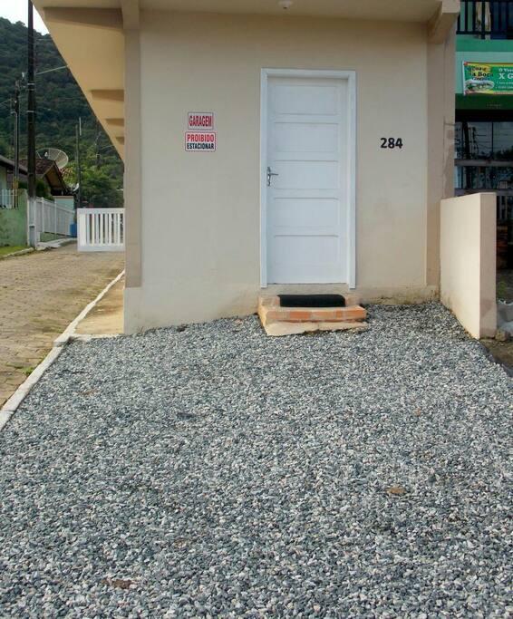 Entrada com estacionamento na porta