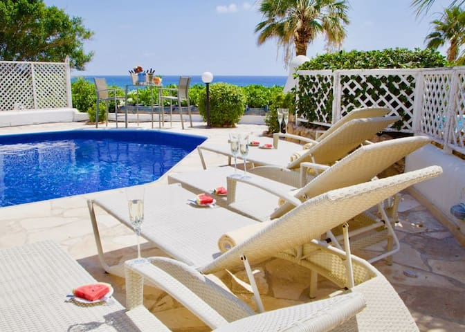 Seafront Villa James by #Paphos4U Club: 4BR, 10PAX, 300m from BEACH, All amenities, Family friendly