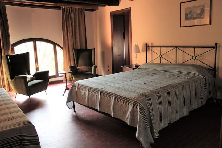 Spacious and quiet Double Room in a 1750 Villa