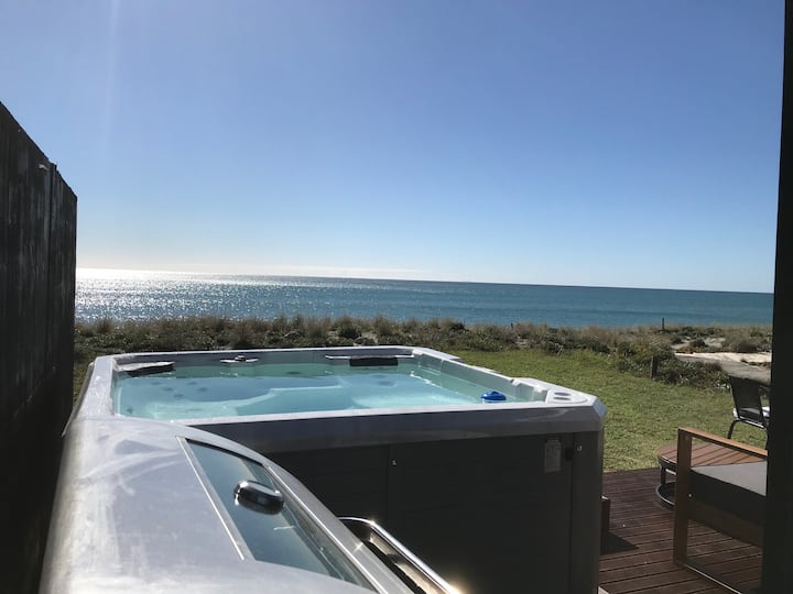 BEACHFRONT TINYHOUSE, STUNNING VIEWS  & SPA POOL!!