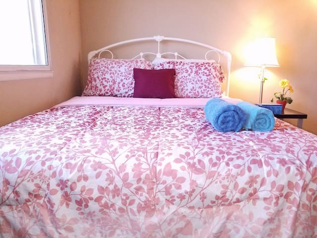 Cozy Clean Queen Bed & TV干净标准大床房 Private Room
