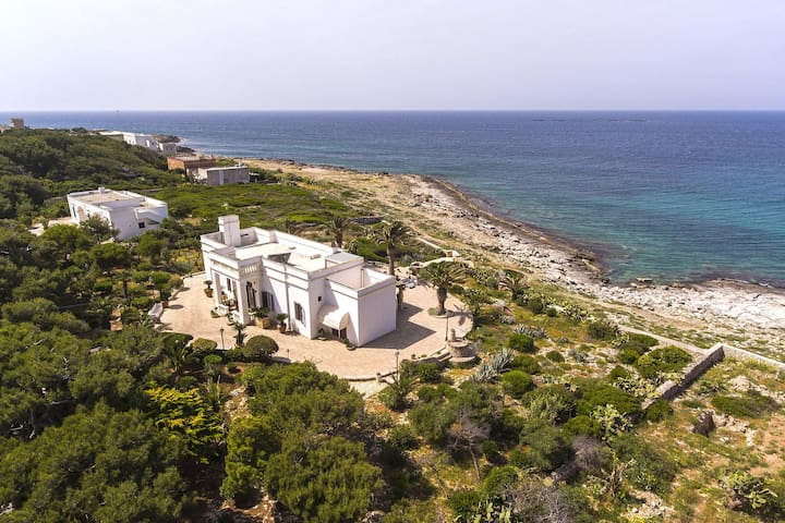 Exclusive villa with private access to the sea