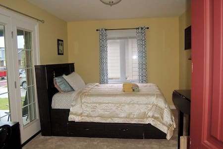 Large cozy room, Own Entrance, Wifi, Parking