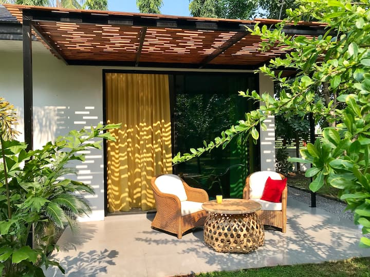 ZiZ Boutique House in a tropical garden with pool