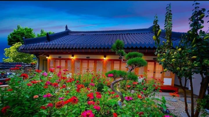 전주 한옥마을 내 황토로 만들어진 전통한옥 두채,  실내카페테리아 공간, 실외쉼터