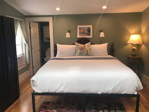 Boston King Suite One by Land Private Entry/Bath
