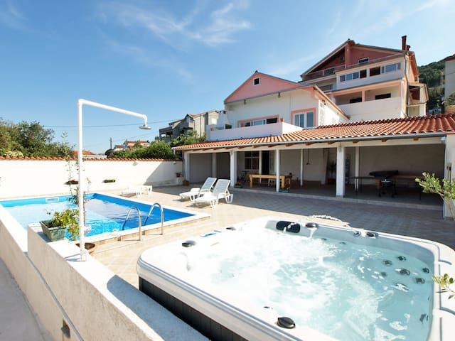 Pool, jacuzzi&seaview!