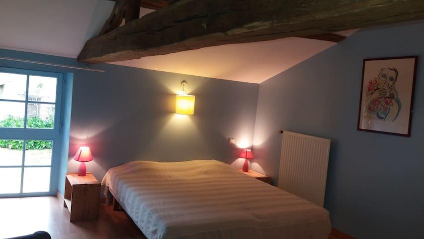 Chambre très calme et de caractère - Saint-Martin-des-Noyers - House