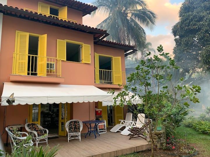 Casa Angra- Portogalo- Praia arborizada sem ondas.
