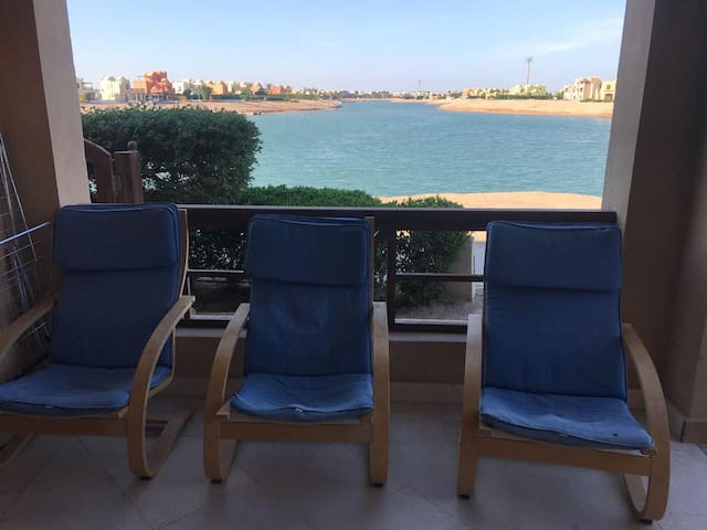 Spacious  2 bedroom lagoon-front  in gouna.