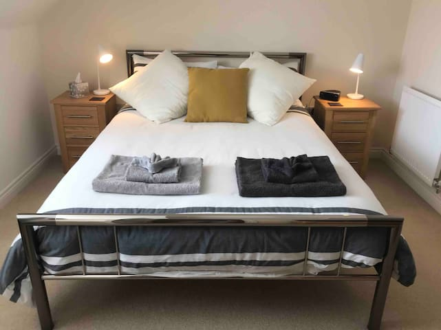 Modern King-Size en-suite room in Buckingham.