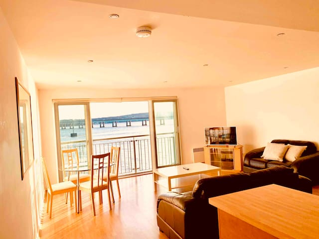Riverside apartment with views of V&A FREE PARKING