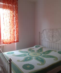 Stanza privata con letto matrimoniale a Milano