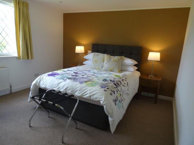 West Lodge B&B  Kingsize Bed pvte ensuite/Shower - Lower Dicker - Bed & Breakfast