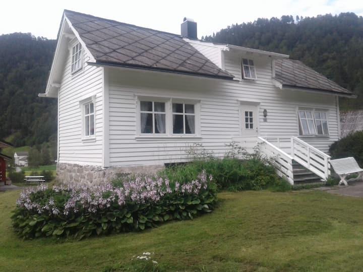 Hus ved Folgefonna, Trolltunga, Jondal, Hardanger