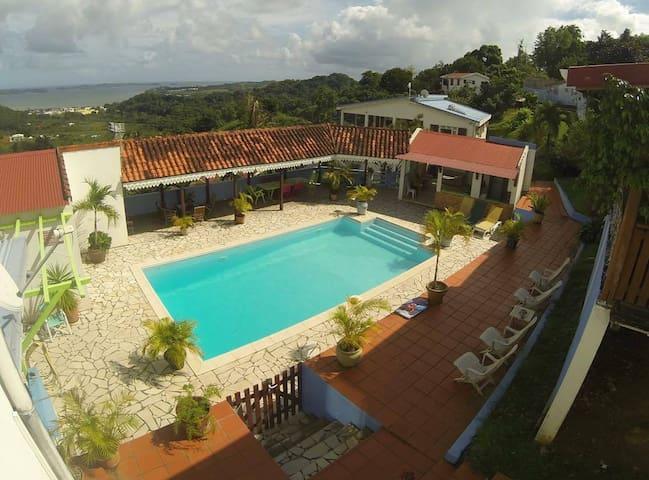 Lit KING SIZE à La Villa MENA Piscine Billard - La Trinité - Villa