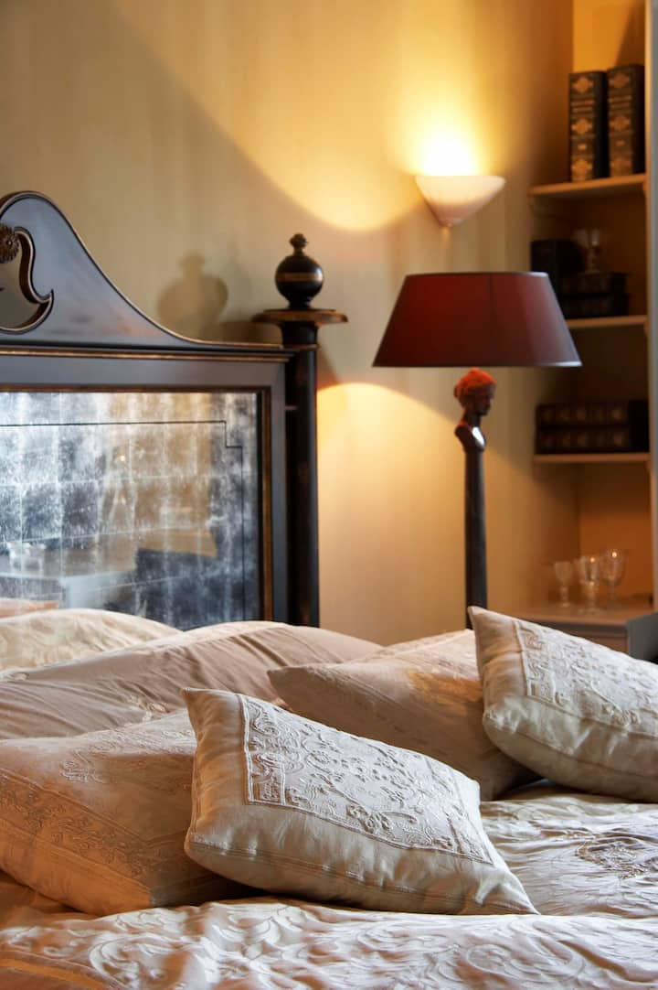 Pure indulgence! Stylish and gorgeous hideout Suite(45m2)in vintage Golden Age Regents House in the picturesque old city centre of Monnickendam. Couples getaway a stone-throw-away from Amsterdam. Hidden Gem with Michelinstar Restaurant in house.