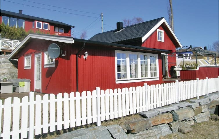 Holiday cottage with 2 bedrooms on 120m² in Lysøysundet