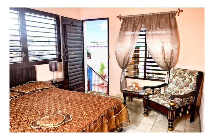 Nice room near city center. Tio Robert 1.