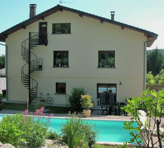 logement en rez de jardin+ piscine