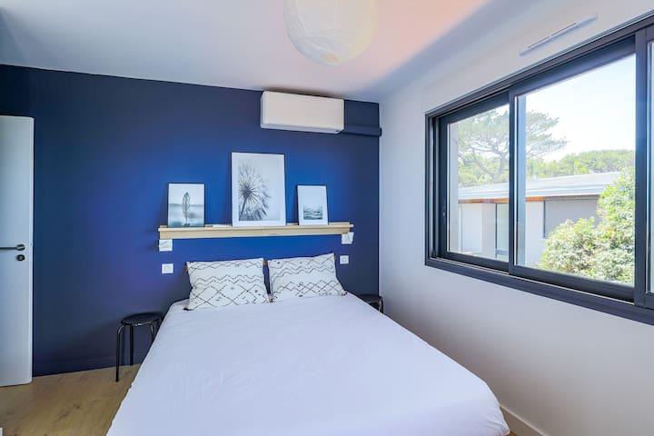Chambre avec lit double et accès terrasse