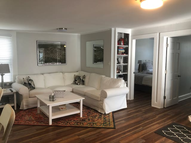 Quiet 2BR near Downtown, RedHat, Convention Center