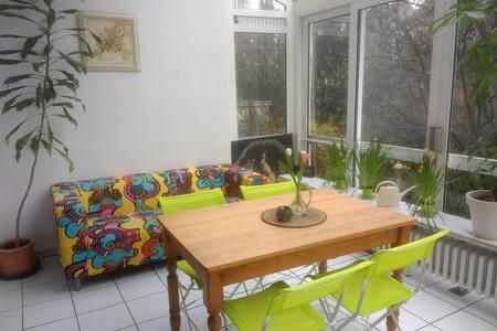 Helle, schöne Wohnung, mit Zugang in den Garten.