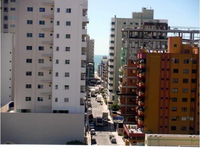 Apartamento para até 7 pessoas há duas quadras mar