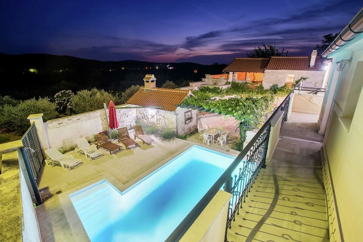Charming villa with pool for 14 people, 3 terraces, outdoor kitchen, quiet area