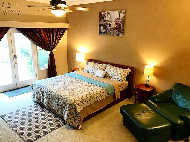 Private Entry Grand Room/King Bed/Comfy and Quiet