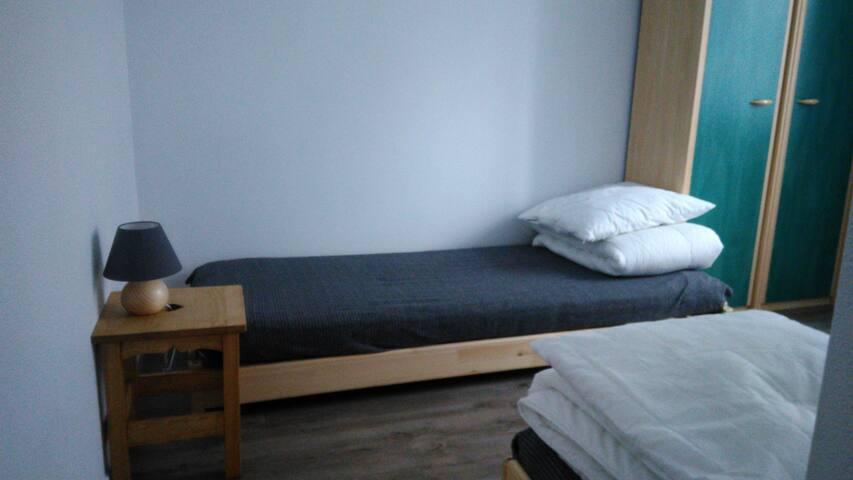Chambre enfants : 2 lits 80 X 200 cm et armoire.