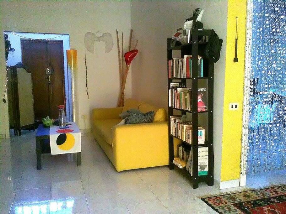 La stanza per singoli con il divano letto