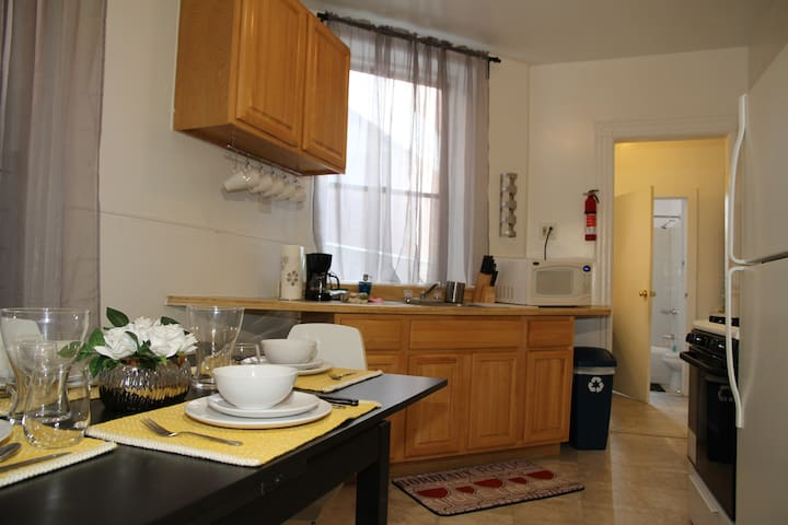 Mod 2bed Downtown Apt- mins to NYCPath! 1st Floor