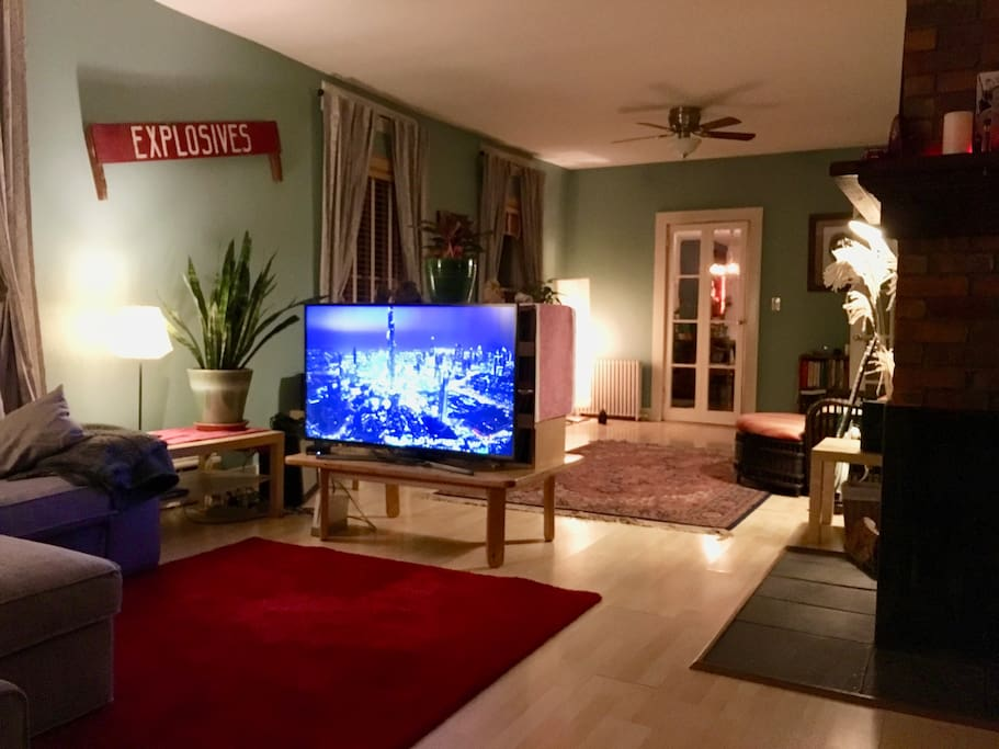 Living room with AppleTV connected to UHD TV