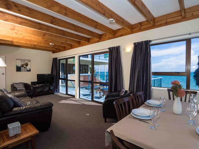 Spurway - beachfront, spacious family apartment