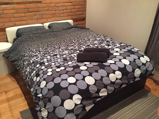 Nice bedroom in modern condo, downtown, netflix.