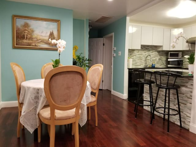 Minutes from PHL -Ton of Parking -3Bed -2BA -Clean