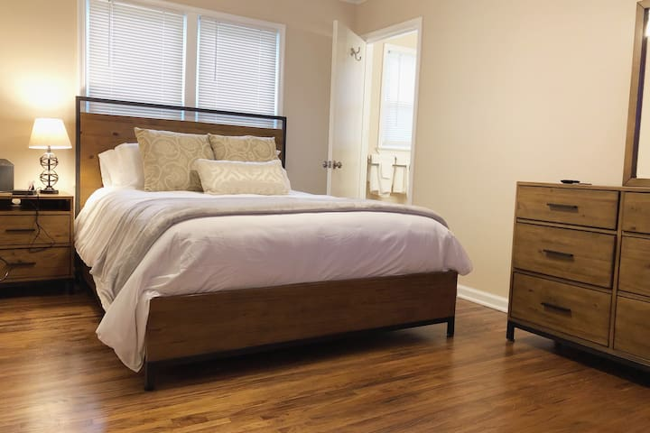 Mid-Town, Comfy Queen Beds +4k TVs + FAST WI-FI.