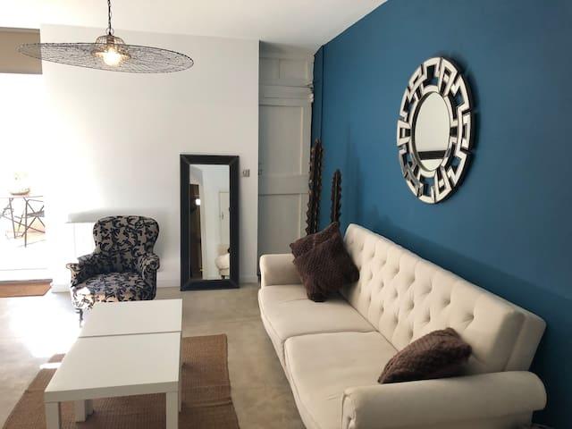 Le salon, avec un canapé lit.
