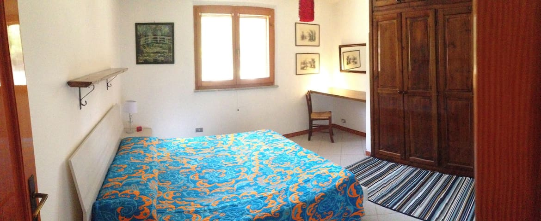 Camera 1 con letto matrimoniale e armadio a muro doppio