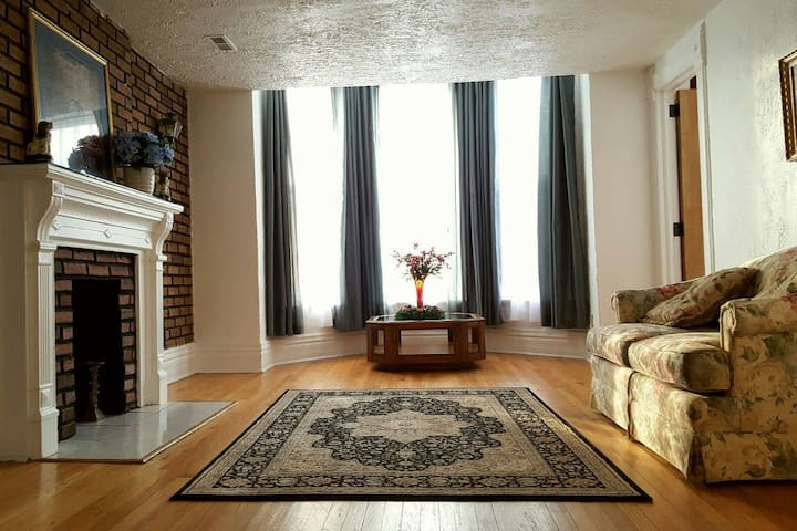 SIMPLE ROOM, FREE PARKING, 10 MN TO WILLIS TOWER