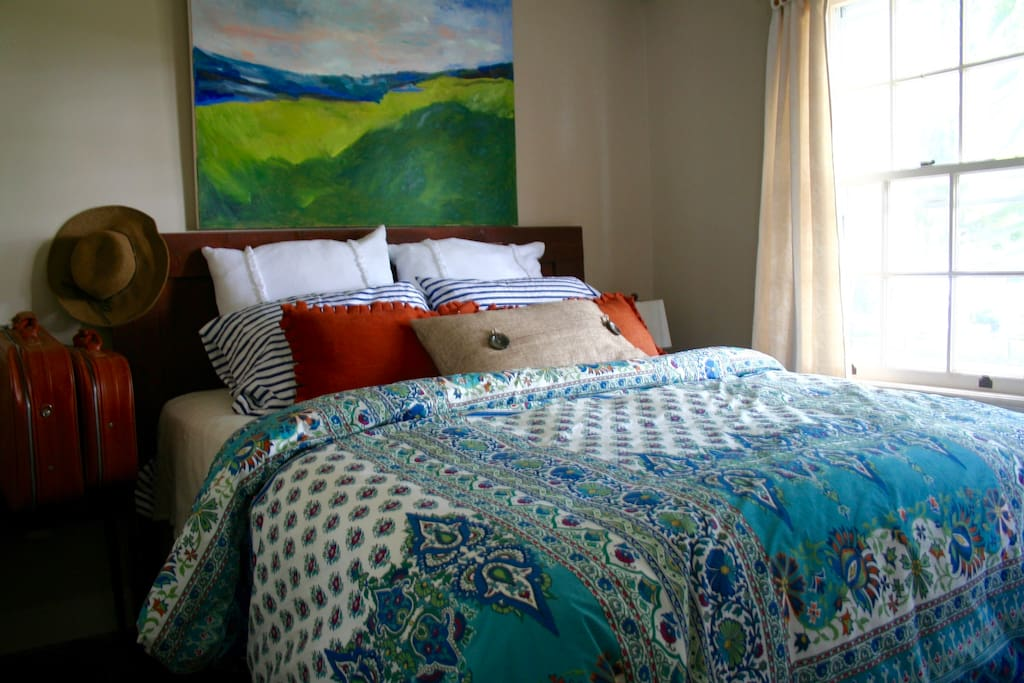 Brand new bedding, art filled quarters (owner is an artist), great view, light filled.
