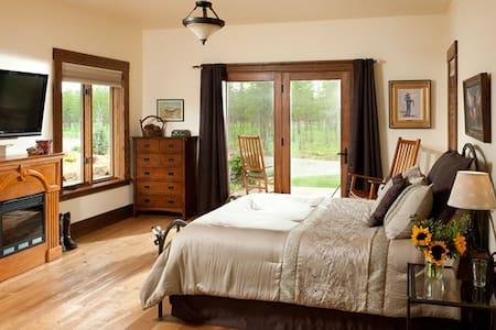 Twin Falls Room - Cabin Creek Landing Bed & Breakfast