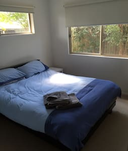 Queen bed near to River and Shops - Noosaville