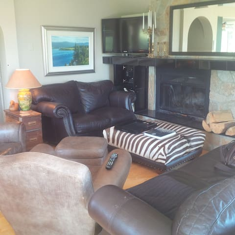 Home in Resort, on Lake/Golf Course. $ 385 a nite.